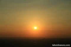 夕日の時間の新宿の街