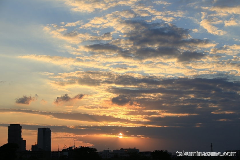 Sunset is slightly seen from Tama River