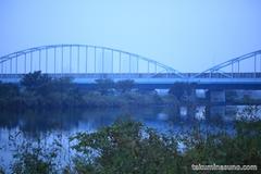 多摩川のかすみがかった青の空
