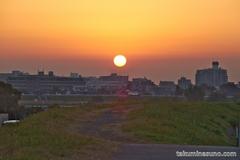 朝焼け時の多摩川の風景