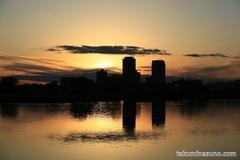多摩川に映り込む黒い雲
