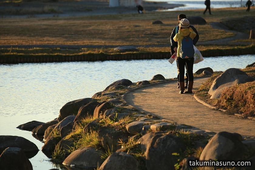 Couple at Futako-Tamagawa at Dusk