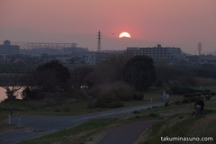 Looking Forward to Seeing Changes to Spring in Tama River While Enjoying Sunset Time