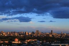 新宿の町でオレンジの大地と青の空