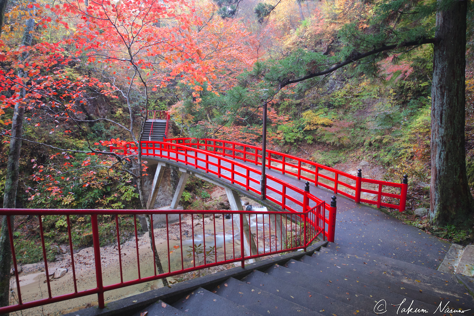 red-bridge-at-yamamoto-fudouson-temple-in-autumn